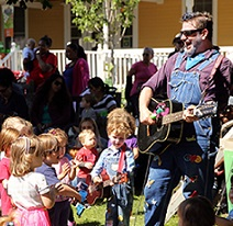 FREE Sing Along with Electric Neil at Lincoln Park Zoo, every Wednesday & Friday